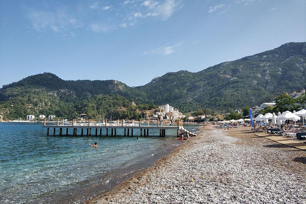 Собственный пляж пятизвездочного отеля Turunc Premium, который расположен на первой береговой линии