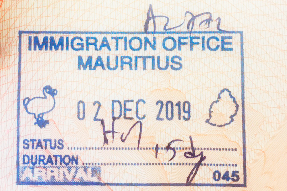 После прохождения контроля туристам ставят в паспорте штамп с птицей додо