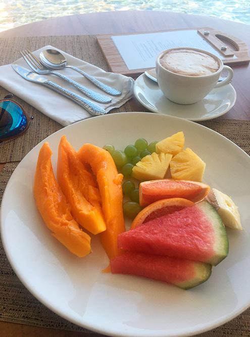 Я завтракала и ужинала в гостинице. На завтрак обычно брала яйцо пашот, овощи, немного сыра, кофе и фрукты