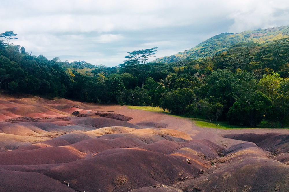 По одной из версий, цвет песка зависит от минералов, которые содержатся в земле: железо окрашивает в красный, алюминий — в синий