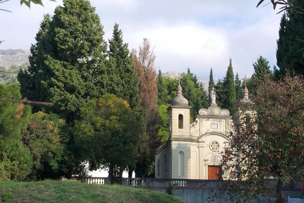 Храмы в Баре — это целые комплексы с садом и парком. Мне не повезло: в выходные они были закрыты