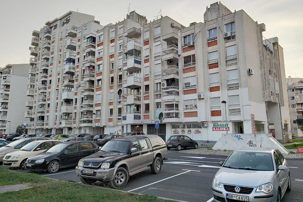 Улицы и дома в Баре выглядят довольно обшарпанными