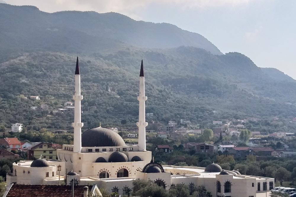 Выходишь из-за горы и сразу видишь мечеть. Чуть дальше — снова горы