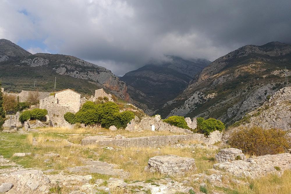 Крепость Старого Бара сейчас — практически руины, но идет реконструкция