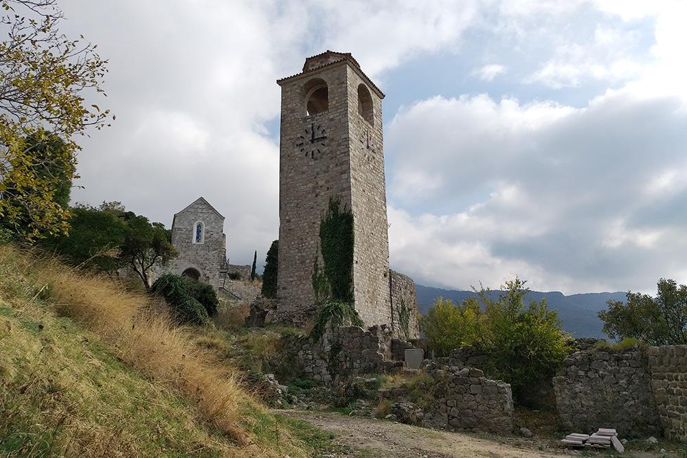 Старая часовая башня. Внутрь зайти нельзя: закрыто на ремонт