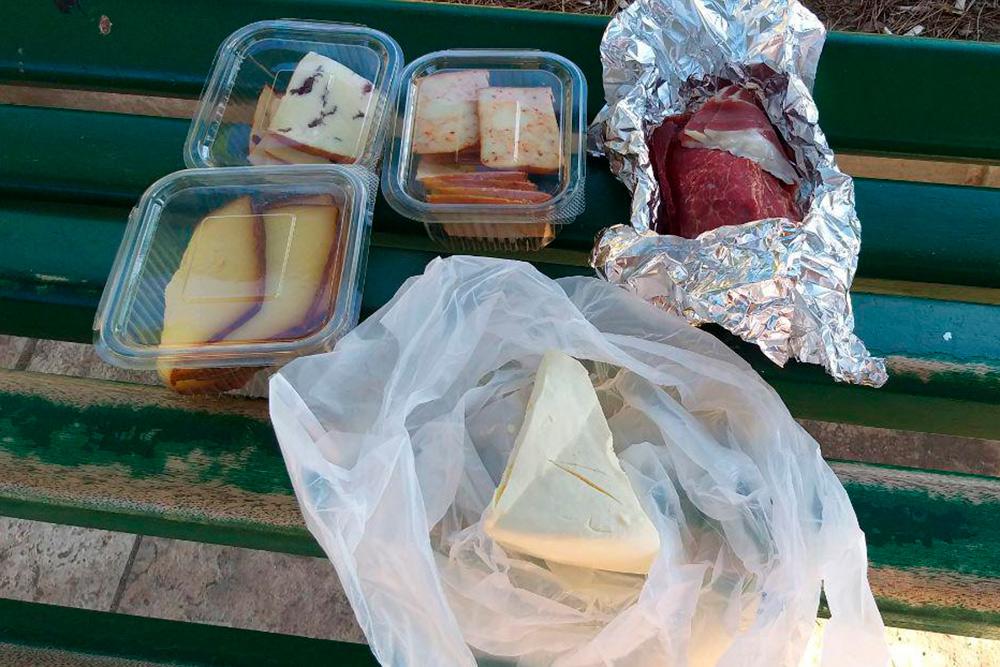 Наш завтрак: четыре вида сыра и говяжий пршут. За все отдали 10€ (690<span class=ruble>Р</span>)