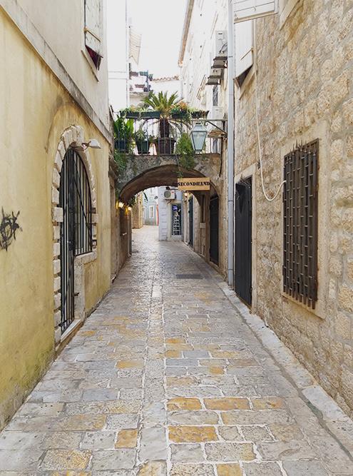 Спокойно гулять в Старом городе можно до 10 утра. Потом даже в несезон появляются туристы