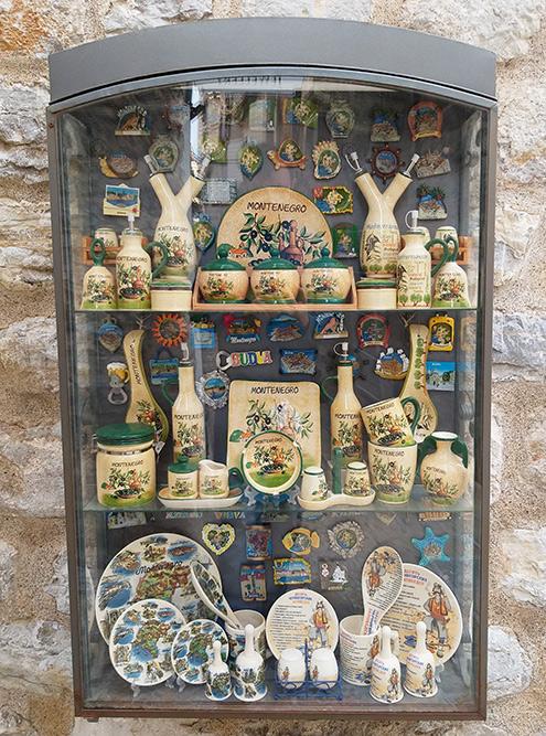 На стенах развешаны витрины с сувенирами