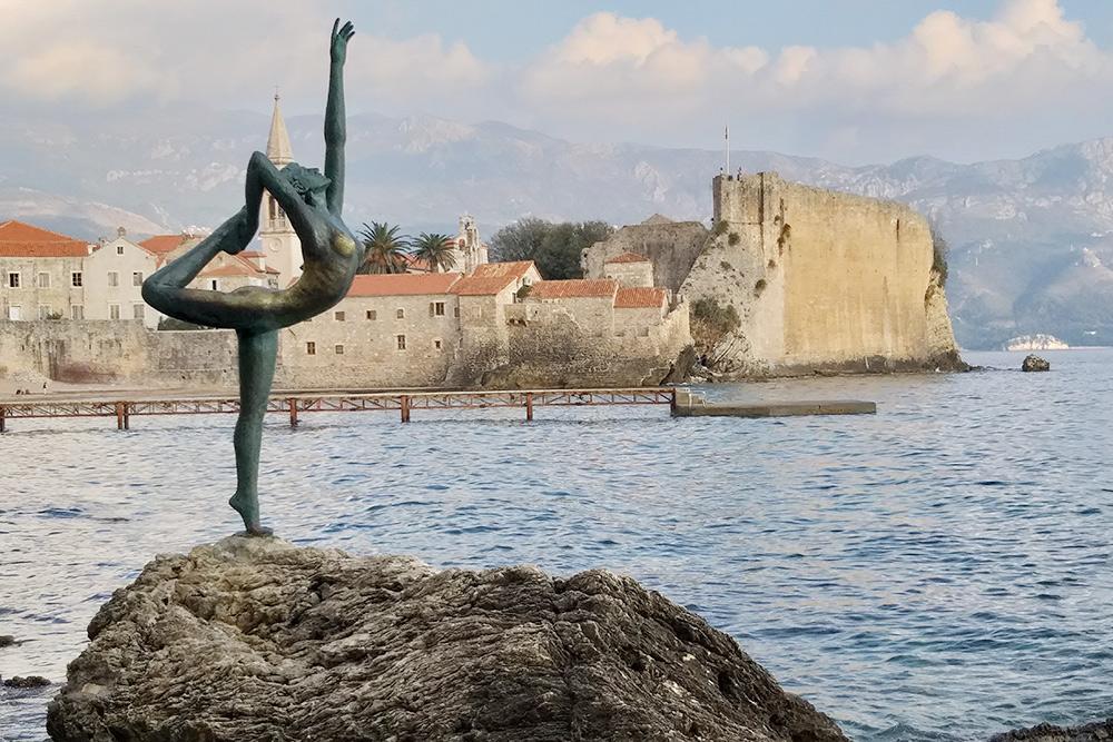 Статуя балерины на фоне Старого города. Местные рассказали, что это памятник девушке, котораятак и не дождалась любимого из плавания. Чтобы найти статую, нужно пройти до пляжа Могрен