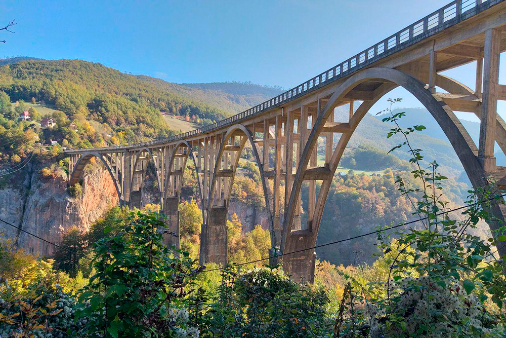 Визитная карточка туристической Черногории — бетонный арочный мост Джурджевича