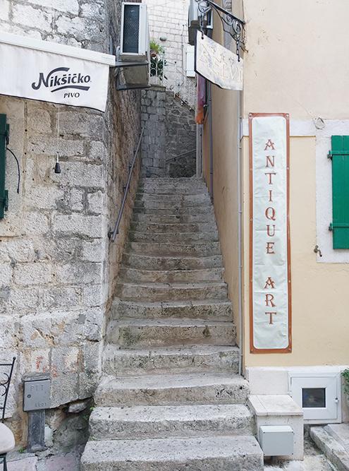 Чтобы попасть во многие отели, с улицы придется подниматься вот в такие переулки: вход в здание спрятан во дворе