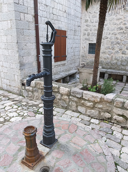 В переулках встречаются отреставрированные колонки. Правда, ониуже не работают
