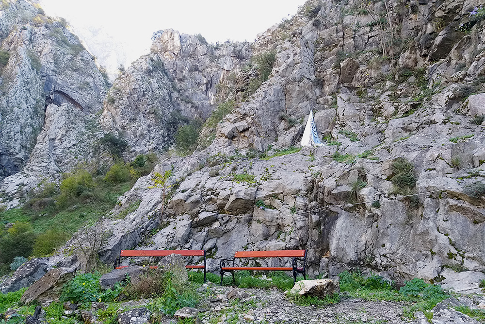 На старой горной тропе есть места для отдыха с лавочками