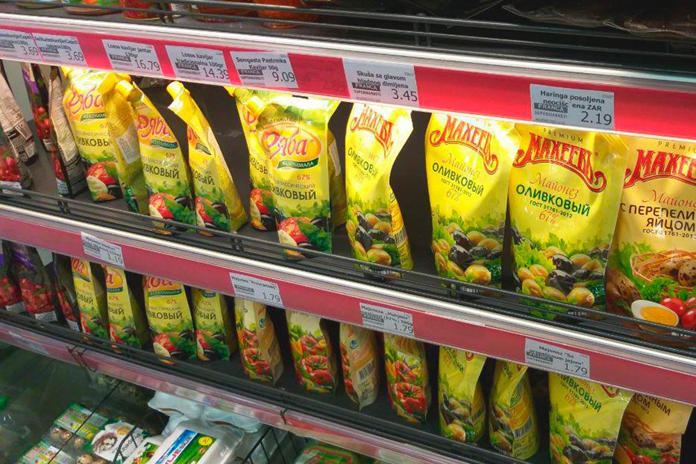 В супермаркетах много российских продуктов: майонезы, соусы, чай, кофе, сладости