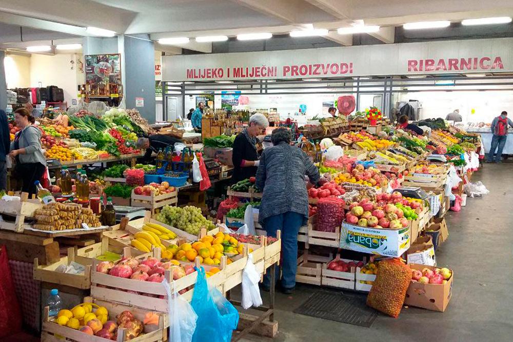 Рынки небольшие, буквально два-три ряда. В середине всегда овощи и фрукты, а по краям — мясо и сыр
