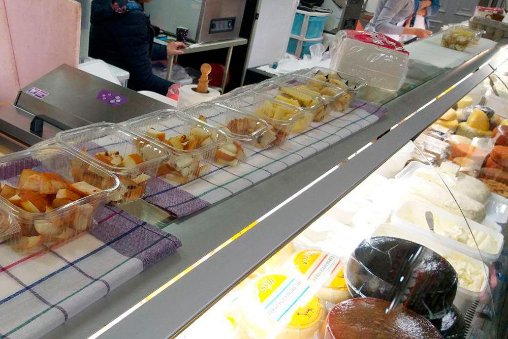 Дегустация сыров и мяса бесплатна, продавцы сами предлагают все попробовать
