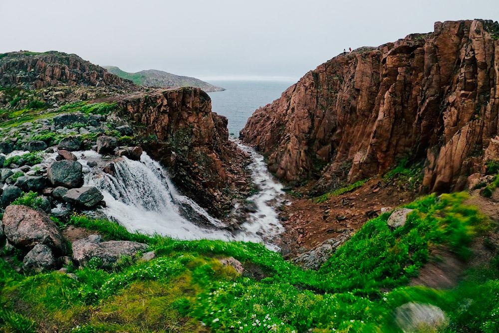 До Батарейского водопада лучше идти пешком: по камням сложно проехать. Еще одна причина в том, что машины уничтожают ягель