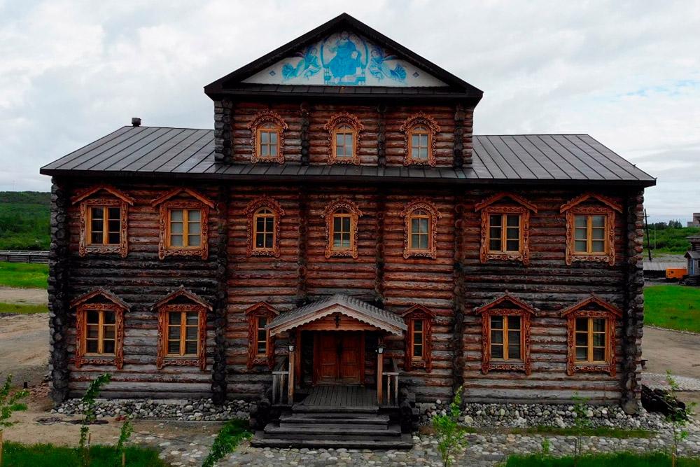 На территории Трифонова Печенгского монастыря несколько деревянных построек. Местные рекомендуют подняться на холм за этим зданием: говорят, там очень красивый вид