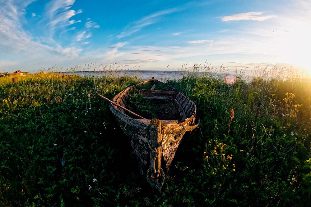 По традициям поморов старые лодки не сжигают и не топят в море, а оставляют «умирать» на берегу