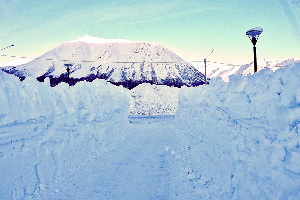 В Кировске выпадает так много снега, что можно строить коридоры