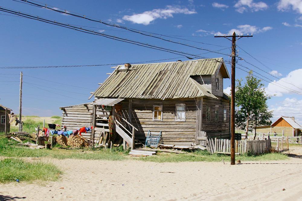 В Кузомени песком заметены улицы, дворы, сельское кладбище. Источник: Natalia Shevchenko / Shutterstock