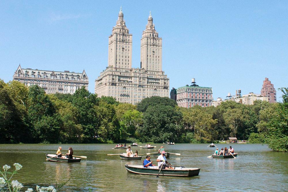Это сентябрь. Жители Нью-Йорка катаются на лодках в Центральном парке. На улице по-летнему тепло