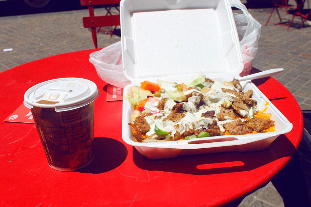 Коробка с желтым рисом, мясом, овощами и соусом за 5$ (326 р.), стакан кофе с молоком за 1$ (64 р.). Налоги включены