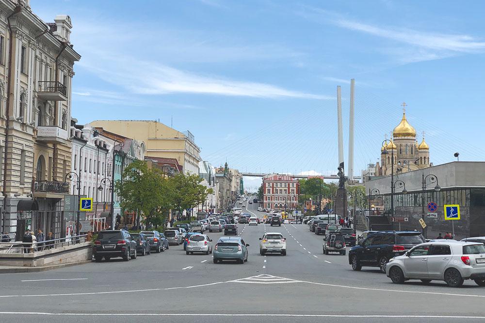 Вид на недостроенный собор и Золотой мост. Во Владивостоке большинство машин праворульные — это отличительная черта края