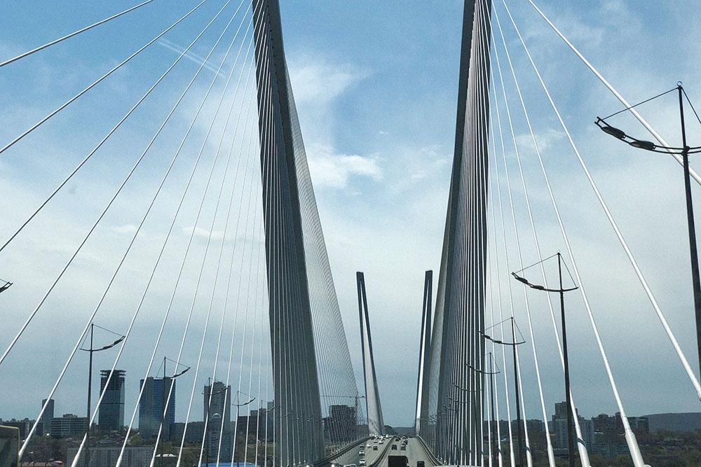Мост на мыс Чуркина соединяет некогда отдаленный район с центром города. С главной городской площади получаются потрясающие фотографии на фоне моста