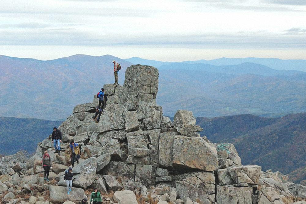 Вид на сопки и чертов палец — каменную глыбу, происхождение которой до сих пор остается тайной горы Пидан