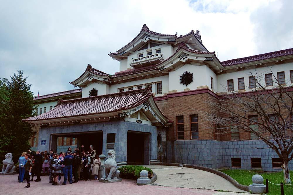 Вся территория музея красиво оформлена в японском стиле. Там всегда толпа туристов и много иностранцев