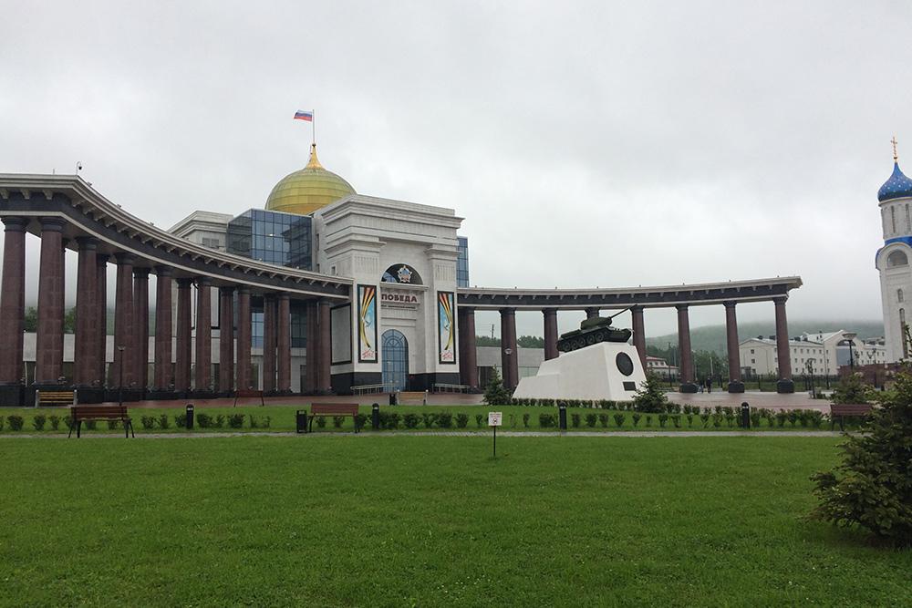 Снаружи комплекс выглядит монументально. Кажется, это самое большое здание во всем городе