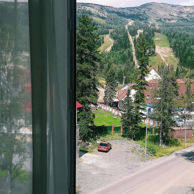Вид из номера в гостинице «Лапландия» на горе Зеленой. Цена за сутки летом — 1800<span class=ruble>Р</span> на двоих, зимой — от 3500<span class=ruble>Р</span>
