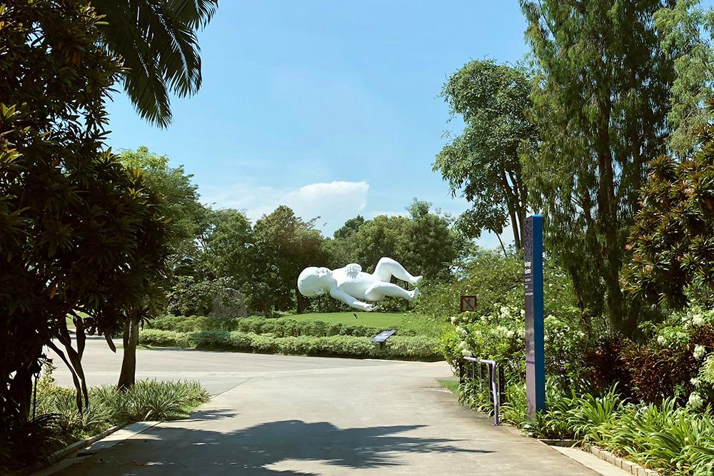 Ходить по парку в жаркую погоду тяжело, поэтому я смотрела на современное искусство быстро и издалека. Огромный младенец, наверное, символизирует что-то хорошее