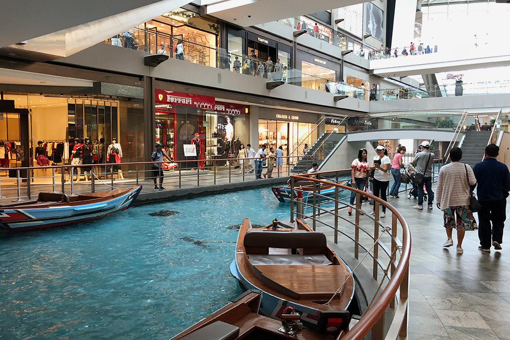 Внутри торгового центра можно покататься на лодке. На мой взгляд, развлечение сомнительное, но у лодок постоянно очереди