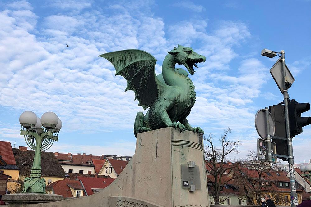 У драконов есть даже собственный Драконий мост. По легенде, когда по мосту проходит девственница, драконы шевелятся