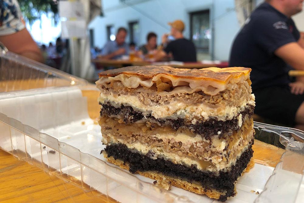 Прекмурска гибаница — это сладкий пирог из девяти слоев. Внутри тесто, мак, творог, яблоки и орехи