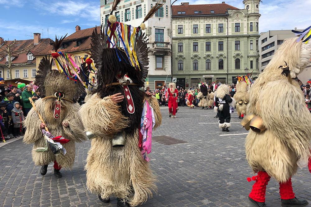 Куренты — почетная работа в Словении. Говорят, что эти шубы весят под 40 кг