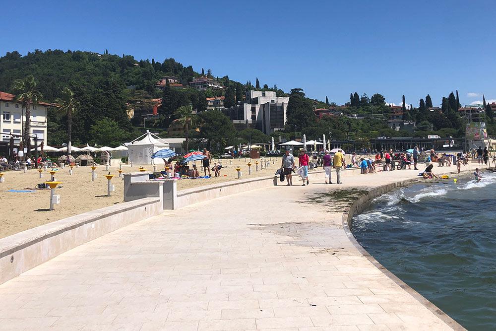 На пляже в Портороже есть бетонная набережная и специальные заходы в воду