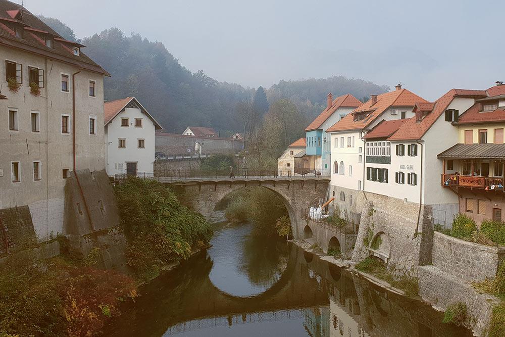 Осенью по утрам Шкофья, как и Любляна, всегда окутана романтическим туманом