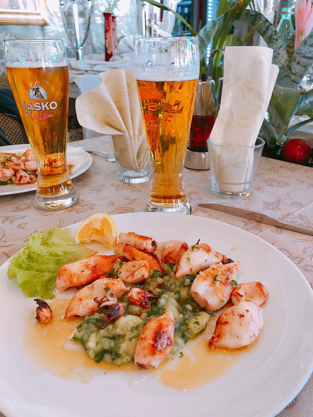 Морепродукты и пиво Lasko — типичный обед на побережье. Порция кальмаров стоит около 10€ (700 рублей), бокал пива — 3€ (210 рублей)