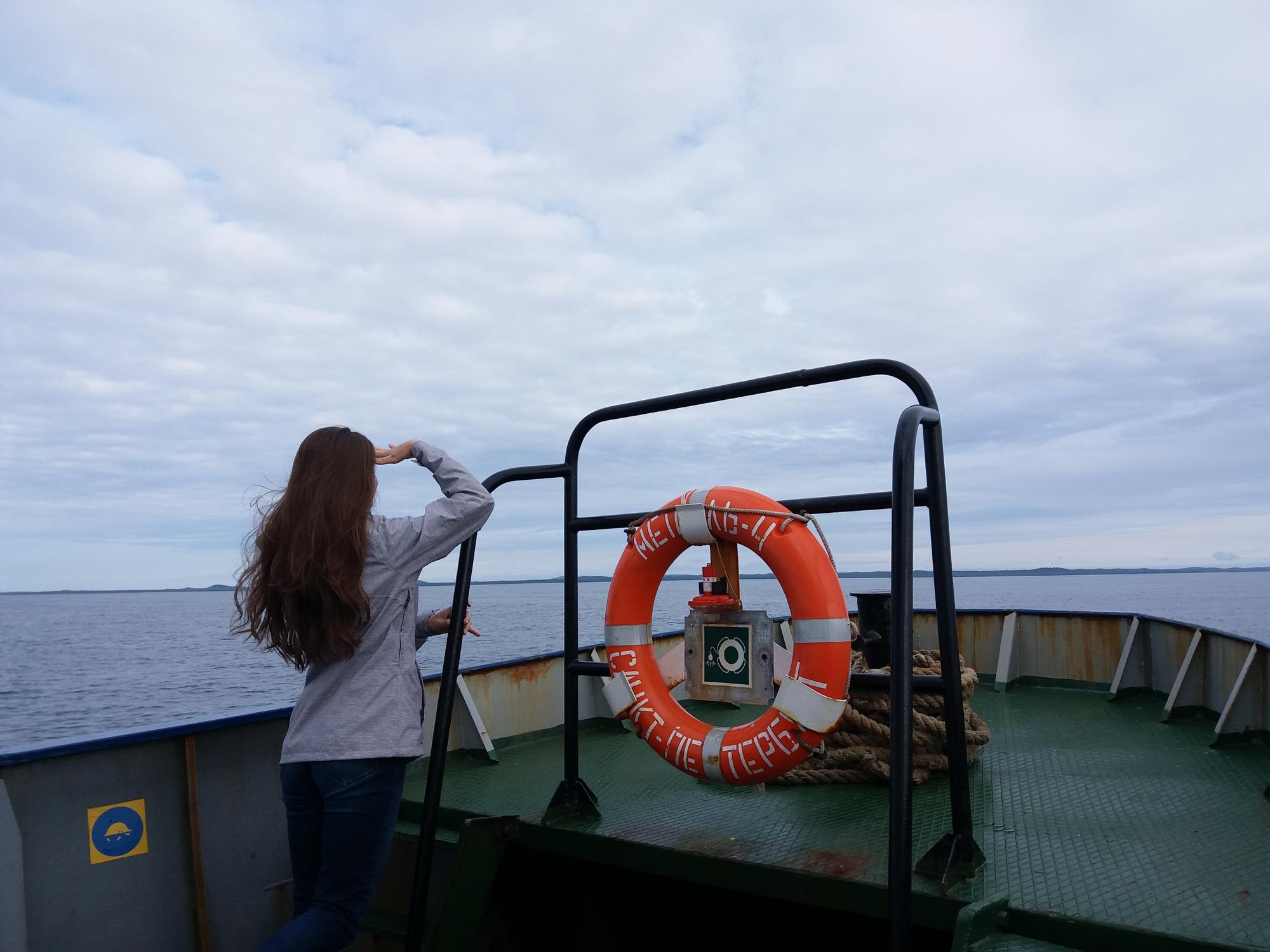 У теплохода «Метель» есть кормовая палуба. Капитан разрешает на нее выходить, но из-за сильного ветра долго там стоять невозможно