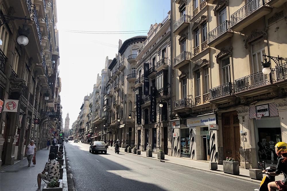 Улица в Валенсии. Летом на экскурсии лучше отправляться в вечерние часы
