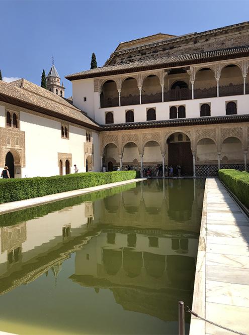 Дворики в Альгамбре сдержанные, но уютные