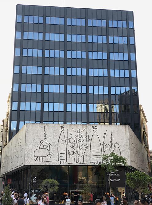 Одно из современных зданий в Готическом квартале. Рисунки выполнены по наброскам Пикассо