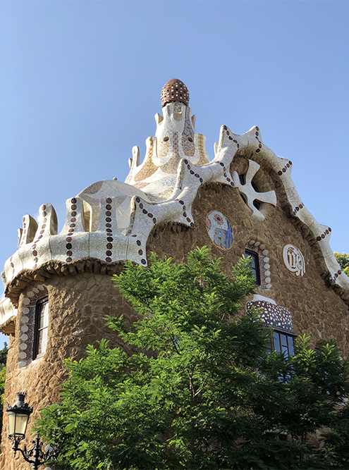 Здания в парке Гуэль похожи на пряничные домики с глазурью вместо крыши