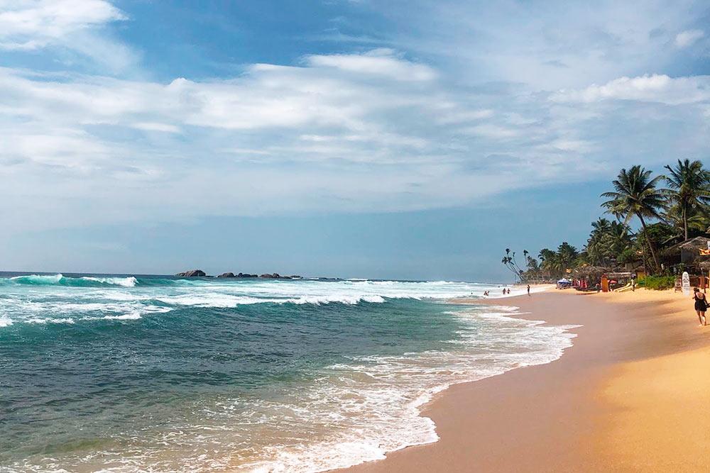 Часть пляжа в Хиккадуве, где можно серфить
