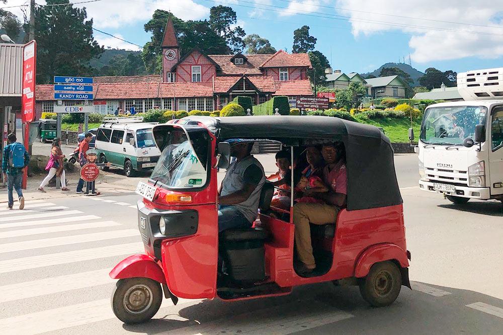 Тук-туки — самый популярный транспорт у местных. Водить их сложно, потому что они легко переворачиваются. Местные практически не дают тук-туки в аренду иностранцам