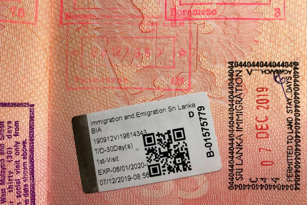Пограничники ставят штамп о прилете и наклеивают электронное разрешение на въезд на 30 дней
