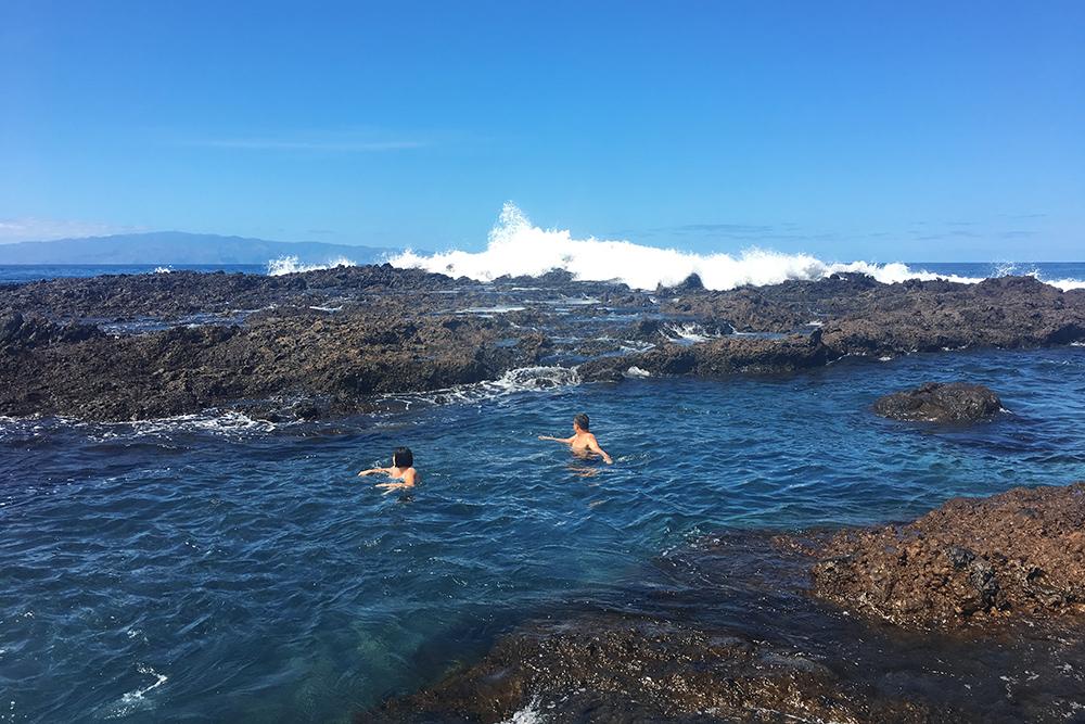 Больше всего на Тенерифе мне понравилось купаться в океанических бассейнах. Вода в них спокойная и теплая, хотя рядом бушует океан